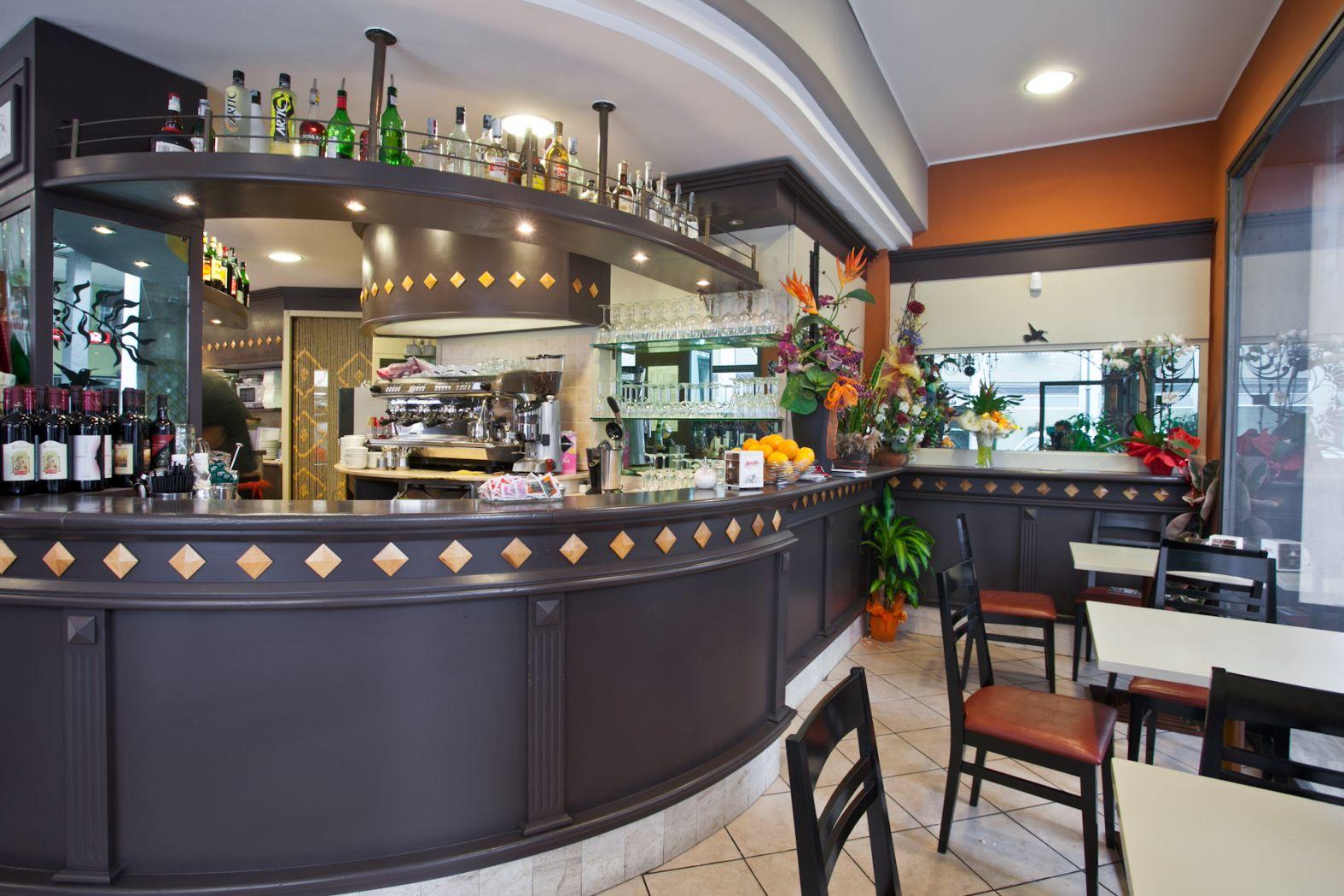 Arredamenti esterni per bar esterno per bar decorazione for Arredamenti bar prezzi